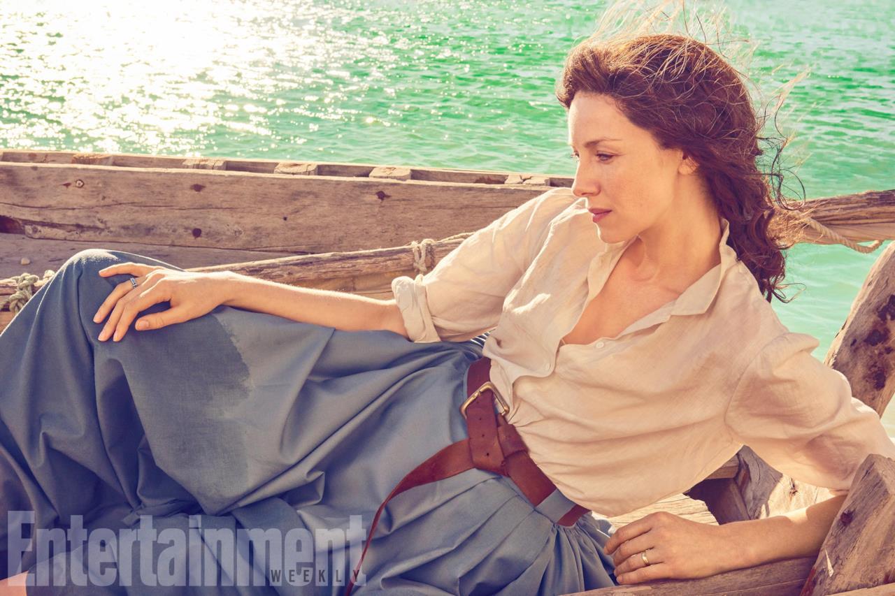 Claire stesa con abiti d'epoca sulla nave e le acque del mare sullo sfondo