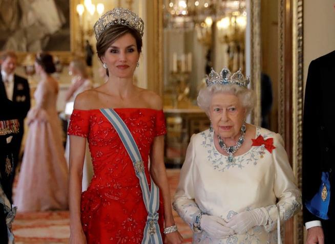 Letizia Ortiz e la regina Elisabetta II al banchetto reale