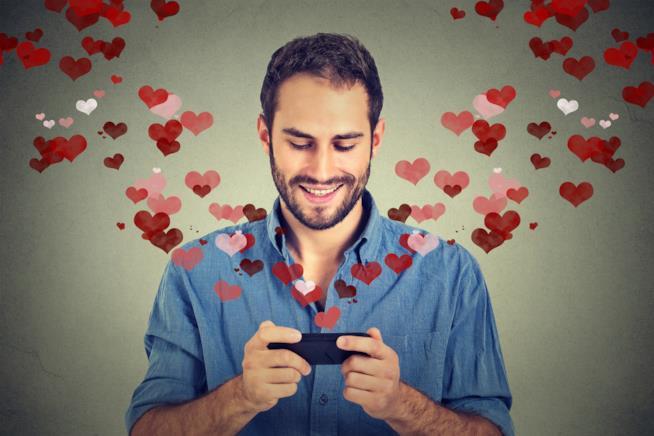 Un uomo innamorato che chatta