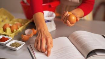 Consultare un libro mentre si cucina
