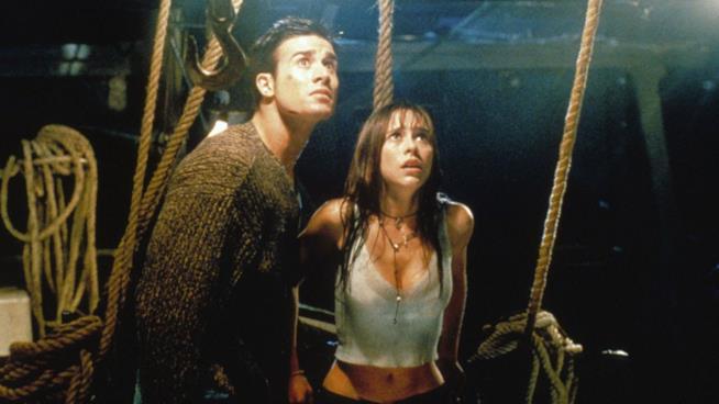 Jennifer Love Hewitt e Freddie Prinze Jr. in una scena del film So cosa hai fatto