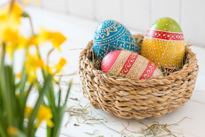 Cestino con uova decorate