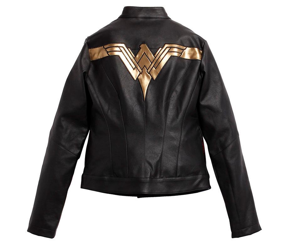 Dettaglio della giacca nera con simbolo Wonder Woman