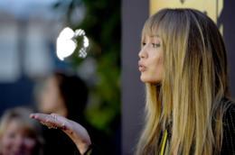 La modella Gigi Hadid con i capelli lisci raccolti
