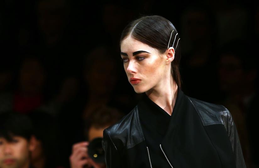 Una modella con delle forcine tra i capelli