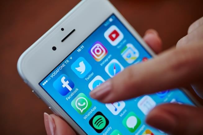 Una persona utilizza uno smartphone
