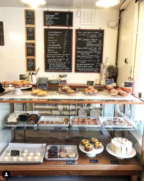 La vetrinetta interna della pasticceria Violet Cakes di Londra
