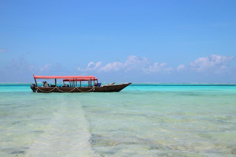 Spiaggia di Zanzibar con un barca