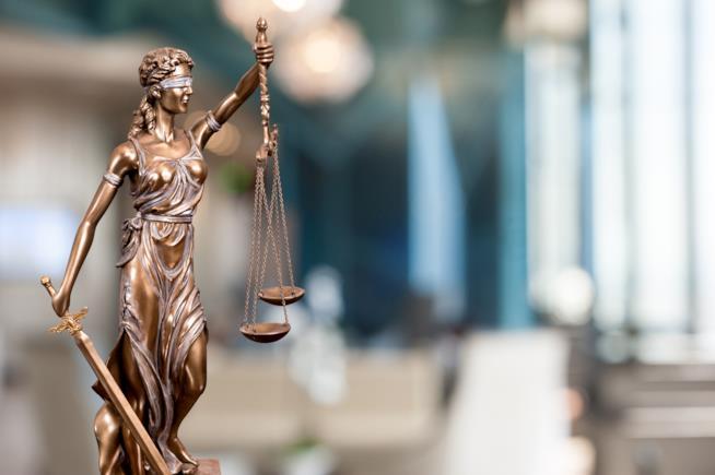 Una statuina che raffigura la Giustizia