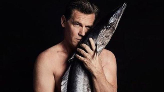 Josh Brolin posa nudo con un pesce