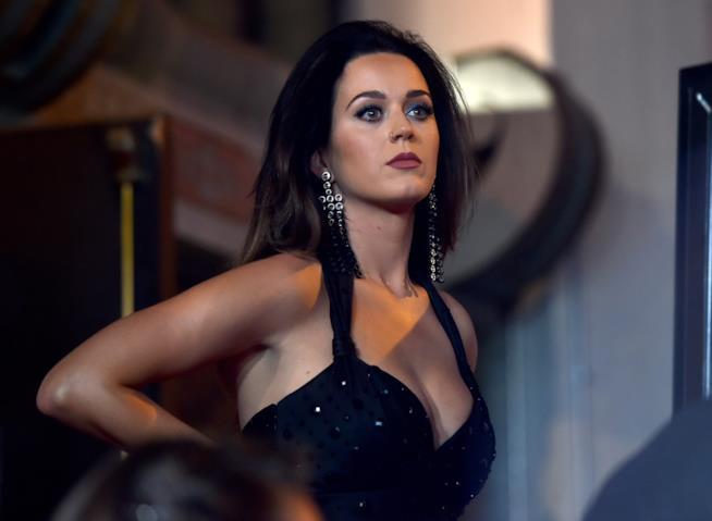 Katy Perry elegantissima in in abito nero scollato