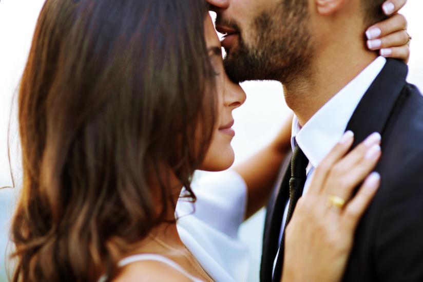 Uomo bacia una donna sulla fronte