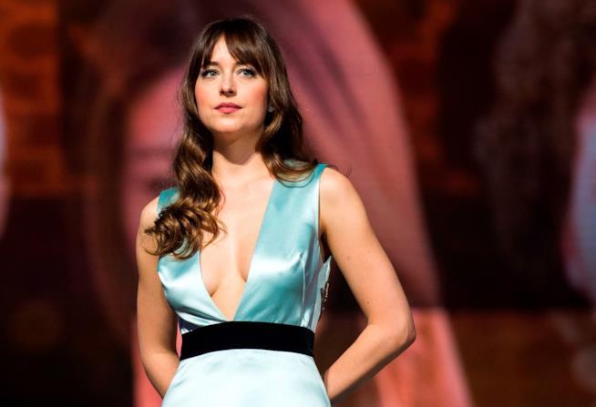 50 sfumature di azzurro  il vestito di Dakota Johnson da Cenerentola 2649b59b234