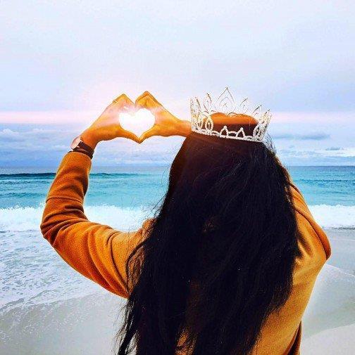 Zoiey Smale con la corona di spalle