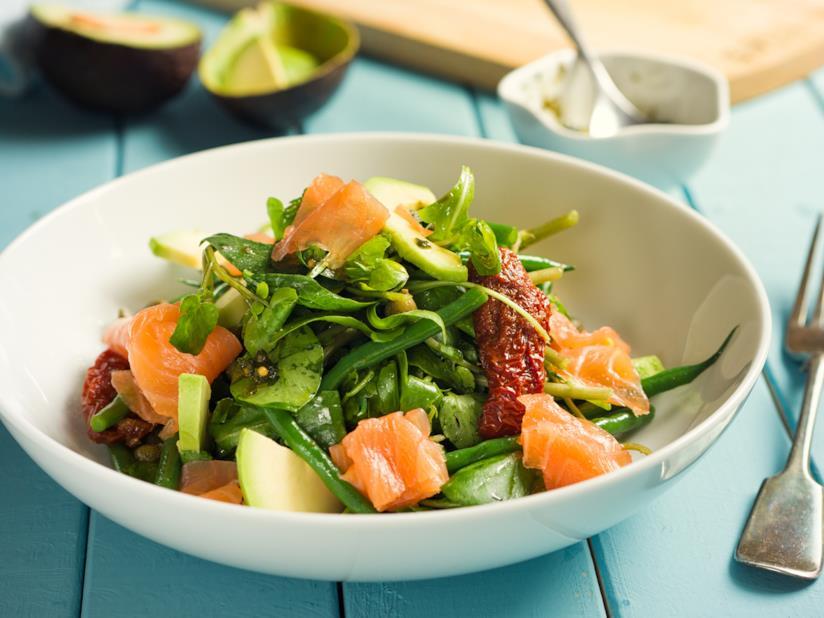 Piatto con pesce rosso e verdura