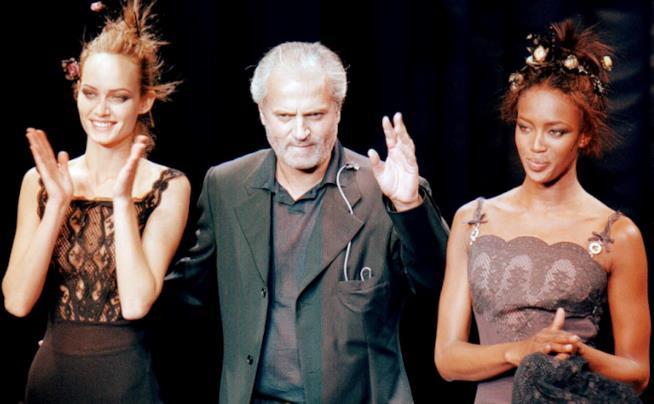 Gianni Versace con due modelle