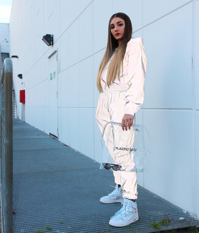 Alice Farri in una jumpsuit metallizzata