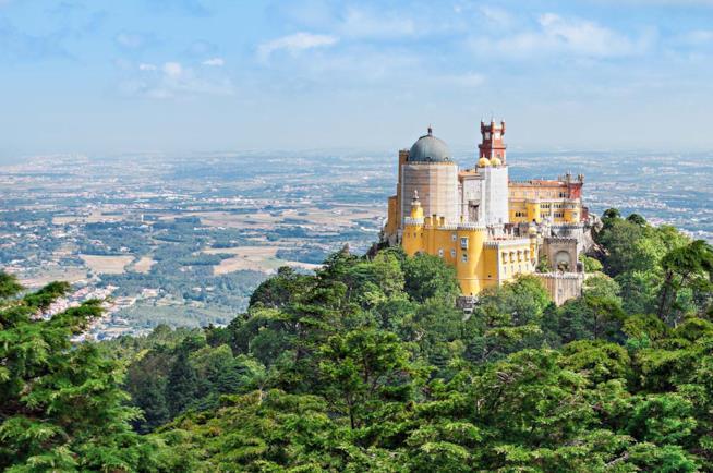 Veduta del Palazzo Pena a Sintra in Portogallo