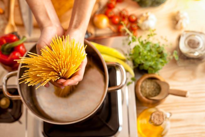 Pasta messa nella casseruola a cuocere