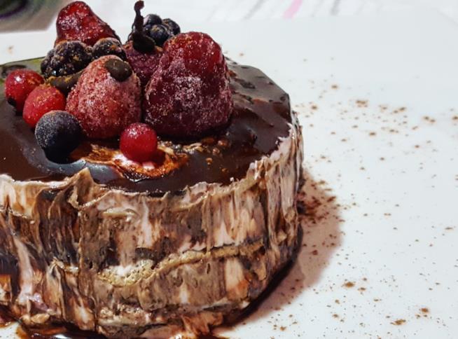 Dolcetto ricoperto di cioccolato e frutti di bosco