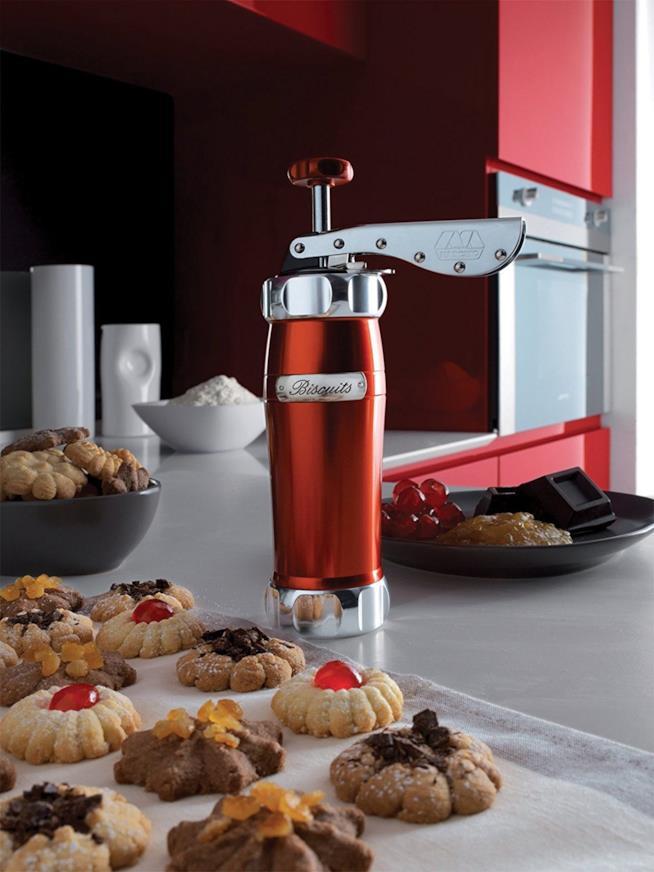 Biscuits Machine su un tavolo con i biscotti pronti