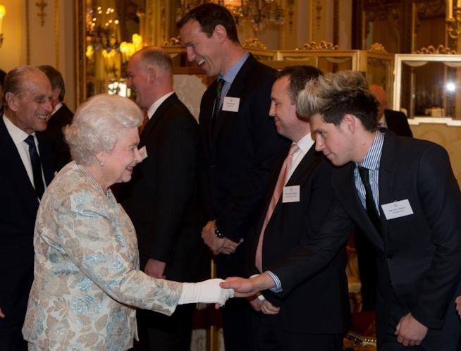 La Regina Elisabetta con Niall Horan degli One Direction