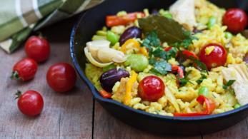 Paella vegetariana con riso, olive e verdure