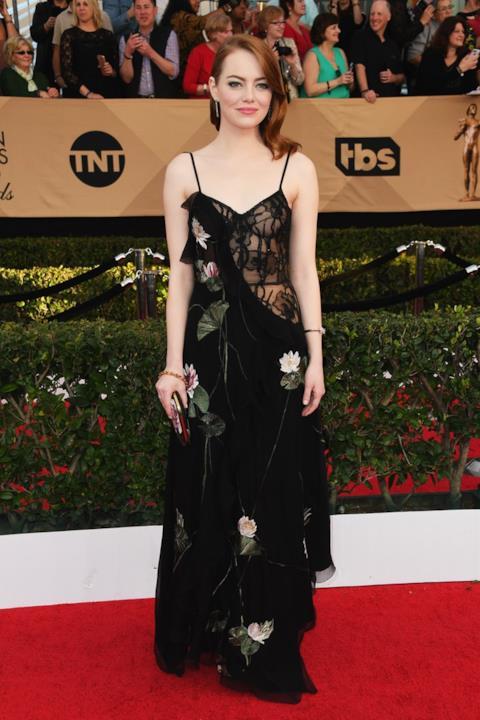 SAG Awards 2017: Emma Stone con un abito ricamato di Alexander McQueen