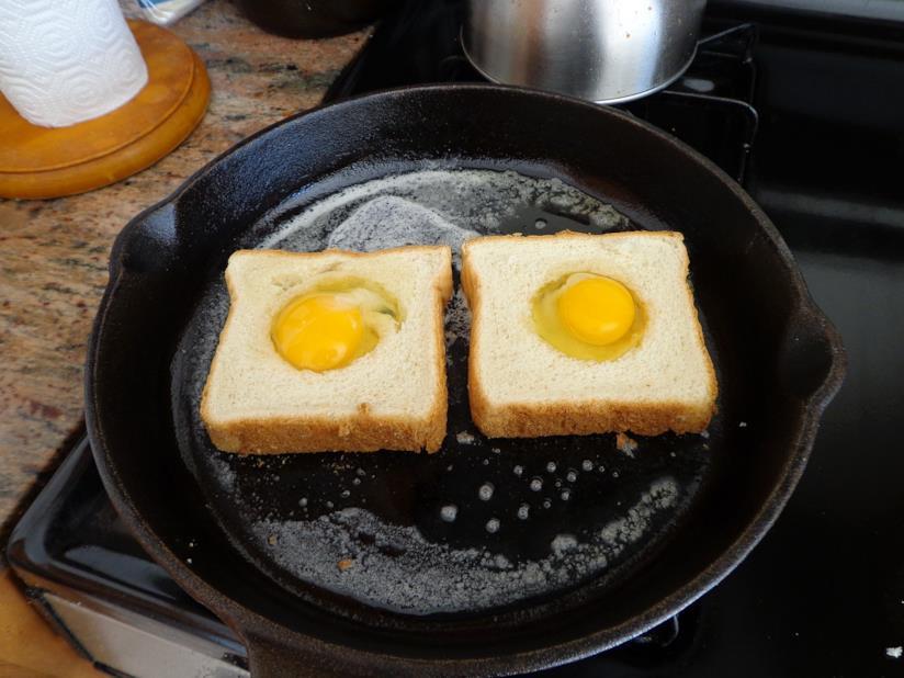 Uova cotte su padella in ghisa