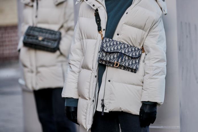 Borsa Dior indossata al collo