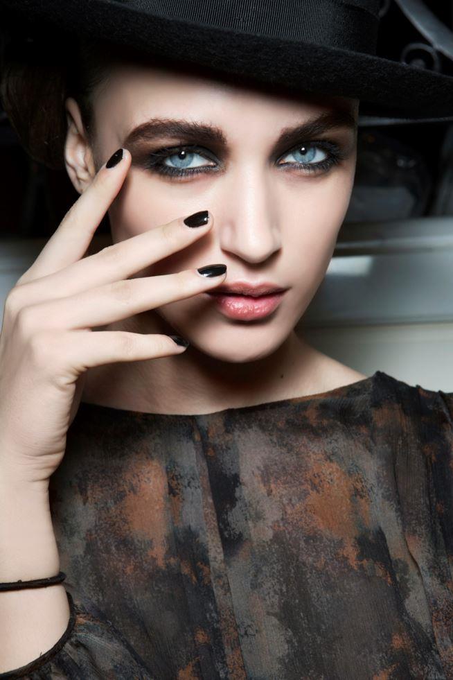 Ragazza con unghie lunghe e smalto nero