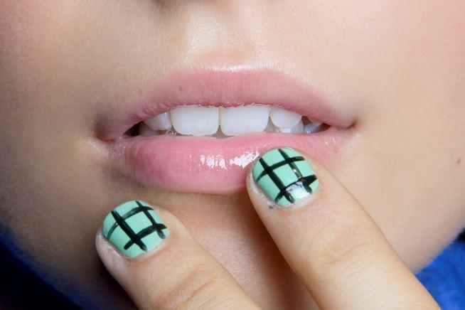 Decorazione su unghie corte