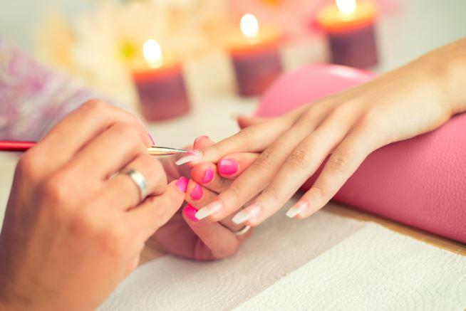 Ragazza che fa la manicure professionale
