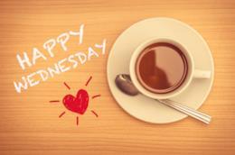 Tazzina di caffè con scritto a lato felice mercoledì in inglese