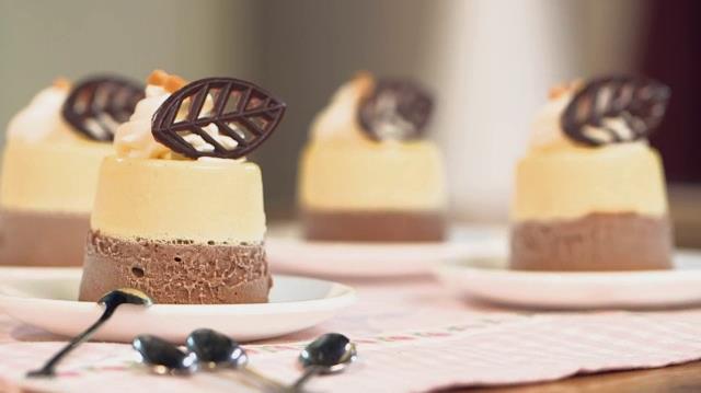 Primo piano di una porzione del Budino bicolore vaniglia e cioccolato