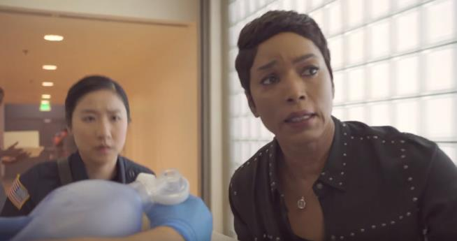 911: Athena in una scena dall'episodio 1x03