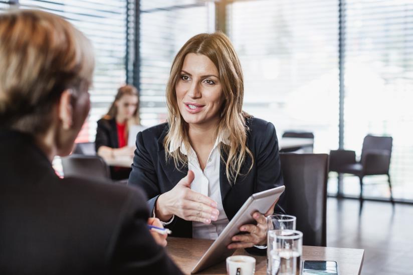 Una donna presenta un progetto di lavoro