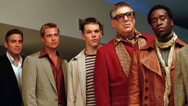Una scena del film Ocean's eleven di Steven Soderbergh con George Clooney e Brad Pitt