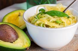 Ciotola con pasta avocado e lime