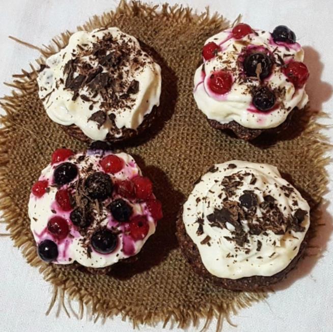 Quattro dolcetti con crema, frutti di bosco e cioccolato