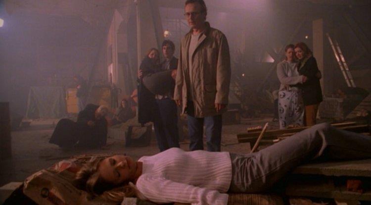 Buffy giace senza vita davanti ai suoi amici