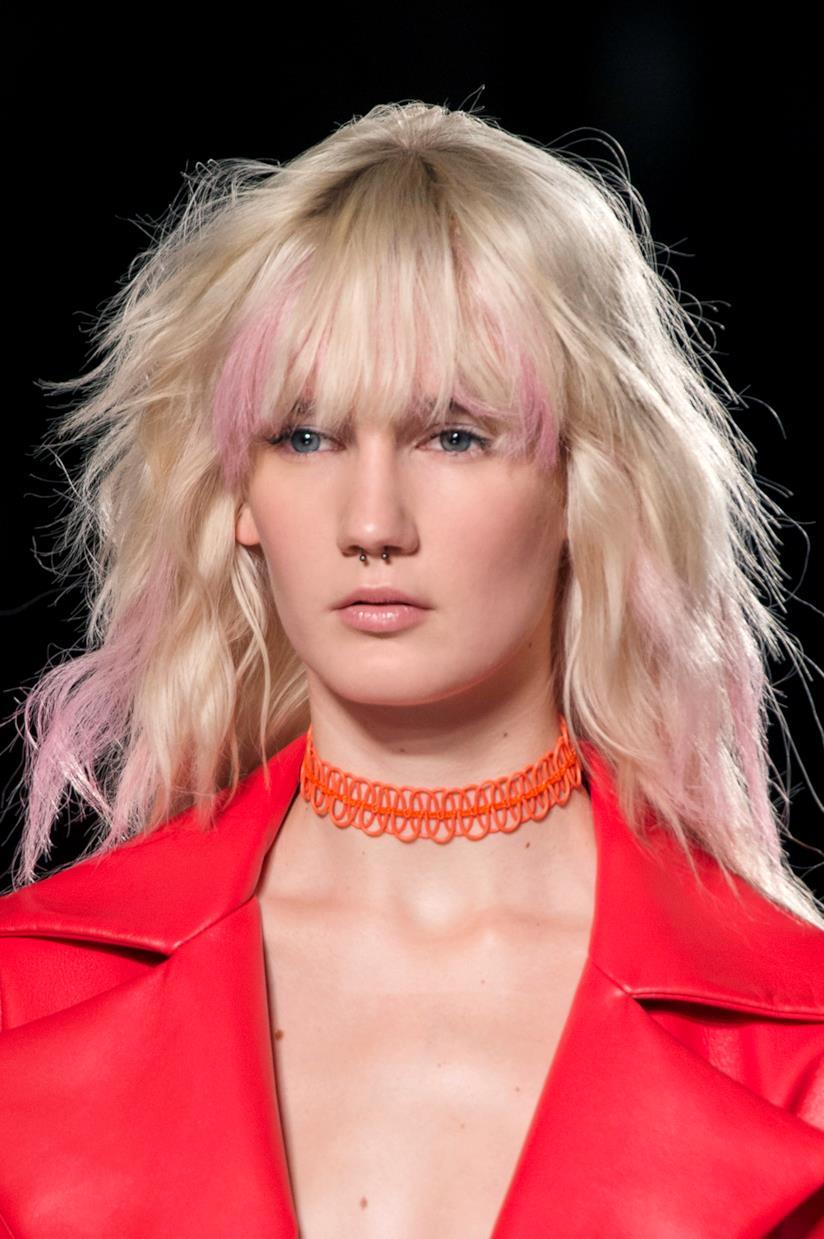 Ragazza con capelli mossi, frangia e ciocche rosa