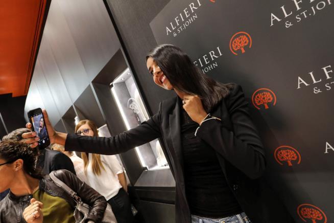 Juliana Moreira posa con il ciondolo Alfieri St. John