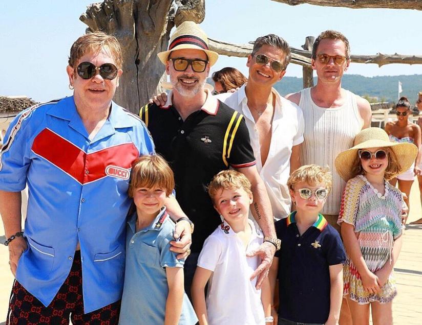Elton John e Neil Patrick Harris al mare con le rispettive famiglie