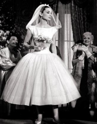 Audrey Hepburn in abito da sposa nel film Cenerentola a Parigi