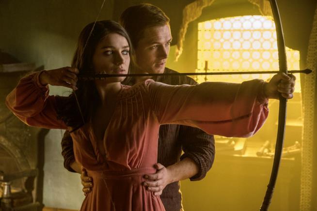 Una scena di Robin Hood - L'origine della leggenda con Eve Hewson e Taron Egerton