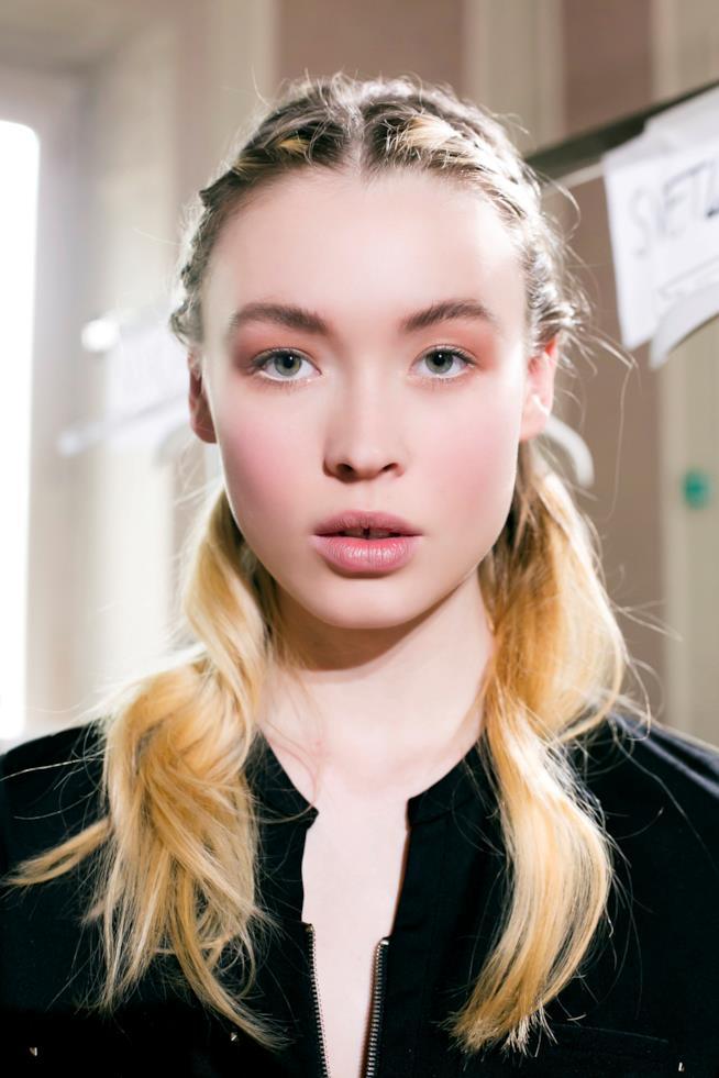 Modella con capelli con punte chiare