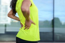 Una donna col mal di schiena