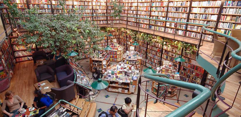 L'interno della libreria El Péndulo, in Messico