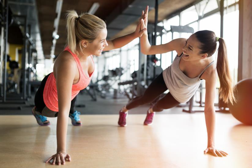Due amiche che si allenano.